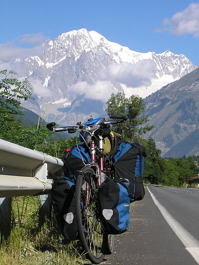 My proud bicycle is posing for the Mont Blanc / Monte Bianco