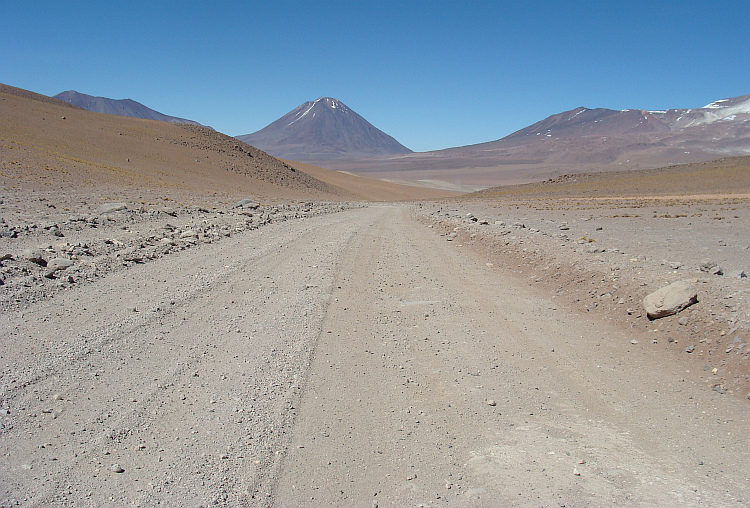 The road to the Lagunas Verde and Blanca - in the background the Licancabúr volcano