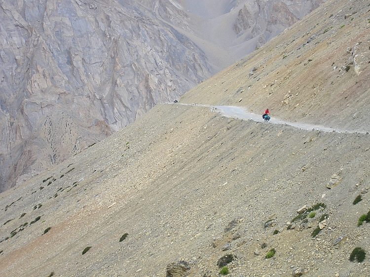Cyclist in landscape, Lachlung La ascent