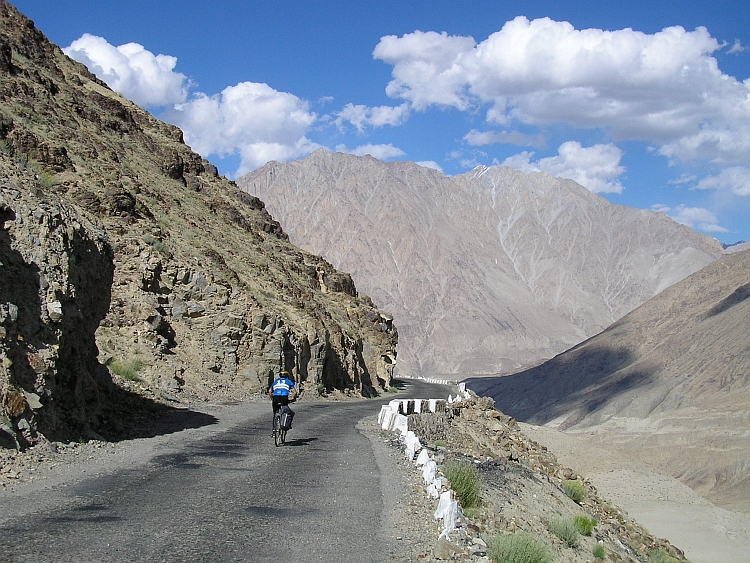 On the long way down from Khardung La