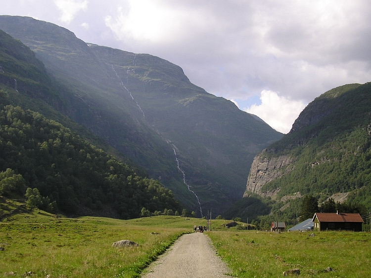 On the descent to Flåm